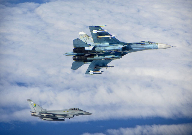 640px-russian_su-27_flanker_with_raf_typhoon_mod_45157730