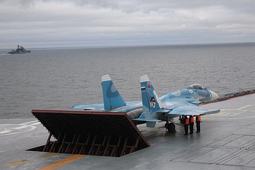 sukhoi_su-33_on_admiral_kuznetsov-2